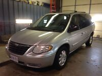2006 Chrysler town and country loaded!