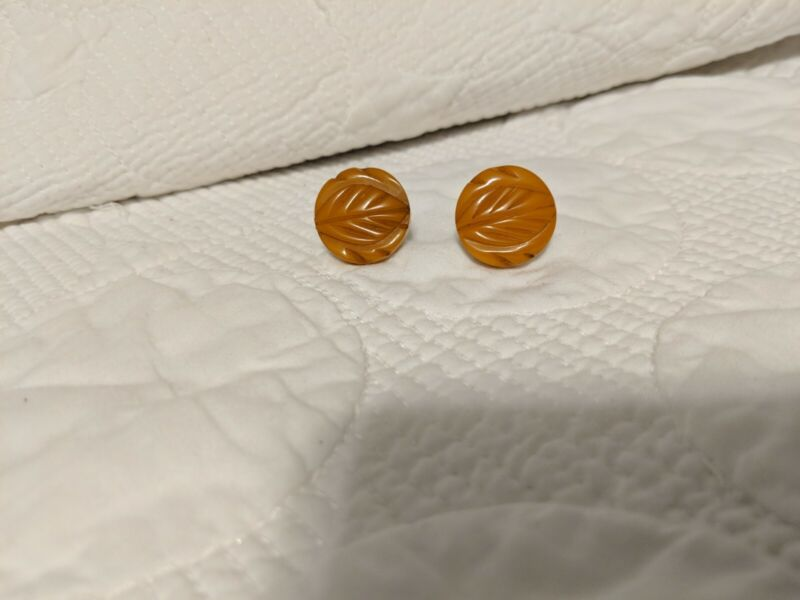 VINTAGE BAKELITE BUTTERSCOTCH ROUND CARVED SCREW BACK EARRINGS