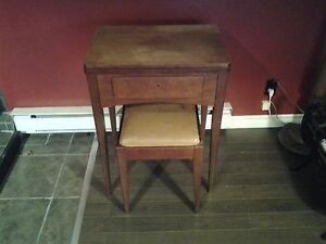 Singer sewing machine with cabinet ans seat