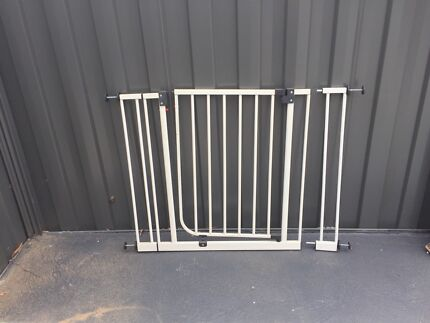 Child safety gate with 2 extensions in excellent condition