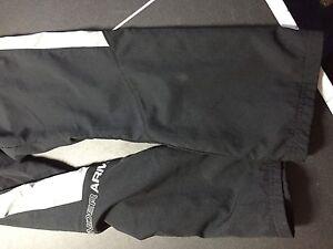 Pantalon Under Armour pour garcon d'env. 10 ans
