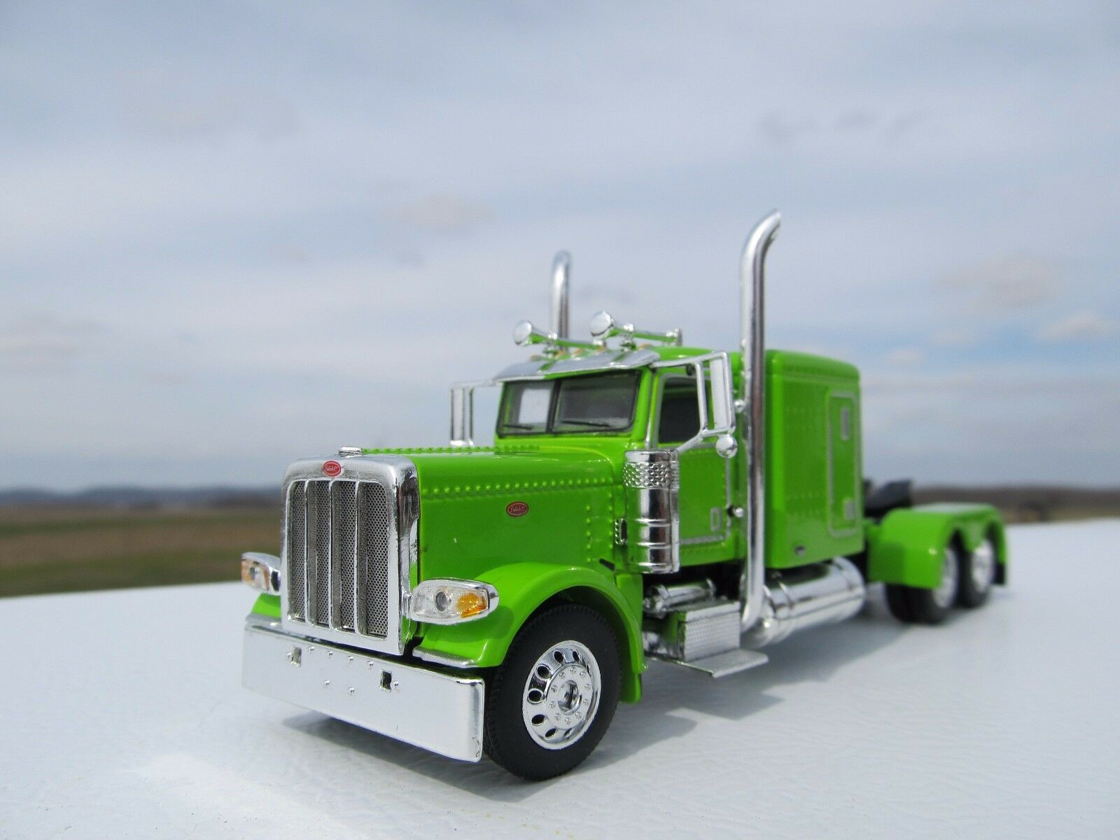 "DCP 1/64 SCALE 389 PETERBILT 63 "" BUNK (DAY CAB OPT) LIME GREEN"