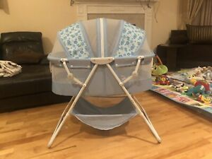 Baby bassinet. Berceau pour bébé. Dream on me