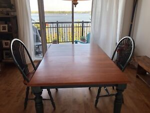 Solid Wood Table (Bois franc) & 2 Chairs - Can deliver!