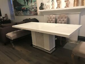 BRAND NEW! INCREDIBLE CONDITION WESTLYN EXTENDING DINING TABLE