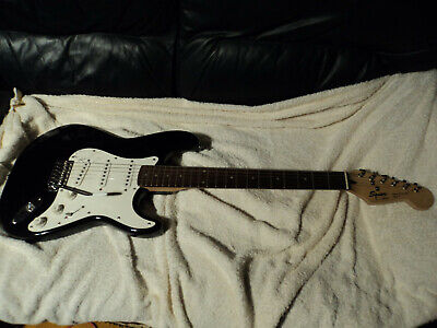 """STRAT  SIGNED BY """"  DICK  DALE  """"  FAMOUS GUITAR PLAYER  IN 1995 , KOREAN FENDER"""