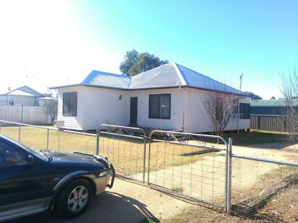 RENT Comfortable cottage in Trangie. 2 beds + sleepout, 2 toilets
