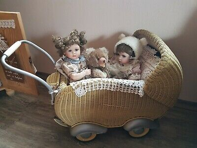 Alter Puppenwagen aus den 50er Jahren mit zwei Puppen und Original Hermann Teddy