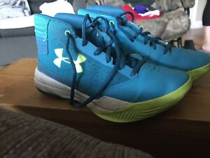 Under armour sneakers US 4.5 in really great shape