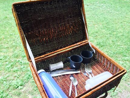 Picnic basket and cutlery Dolls Point Rockdale Area Preview