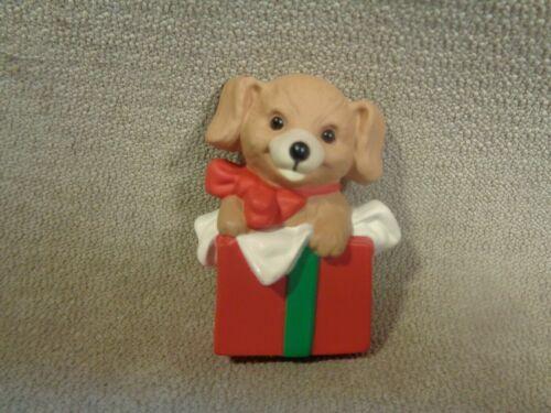 VINTAGE 1989 Hallmark Holiday Christmas Pin Puppy Dog Inside Present Box Lapel P