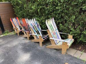 Chaises Adirondack fabriquées avec des SKIS