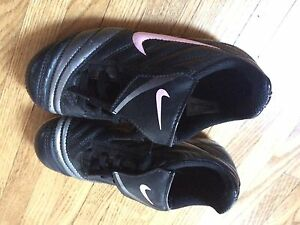 Girls nike soccer shoes size 13