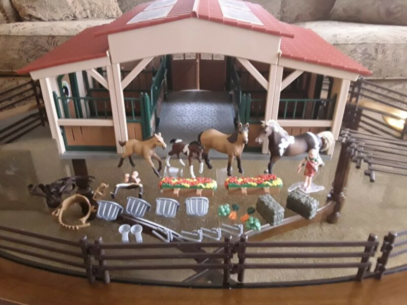 schliech horse barn stable and accessories, 4 horses, great condition