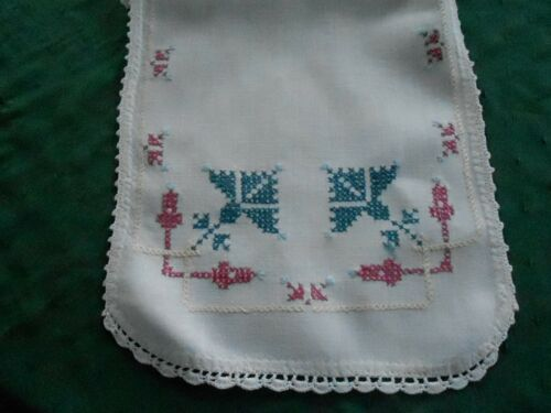 WHITE LINEN HAND CROSS STITCHED RUNNER WITH A HAND CROCHET EDGE, CIRCA 1930