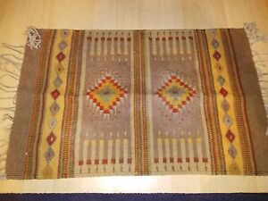 Beautiful Small Entry Way Rug Roughly 4ft by 2ft.