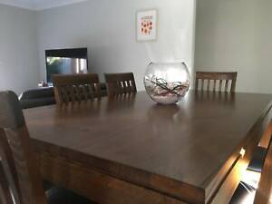 6 seat dining table in near perfect condition.