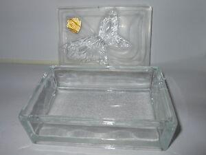Boite à tabac, coffret à bijoux en cristal décors papillon. Véritable bohème - France - Trs jolie boite bijoux ou tabac.Véritable bohme.Couvercle dépoli orné d'un magnifique papillon. Dimensions environ: 12 cm de longueur, 8 cm de largeur et 4 cm de hauteurPoids environ 480 Grammes Plus de photos sur demande - France