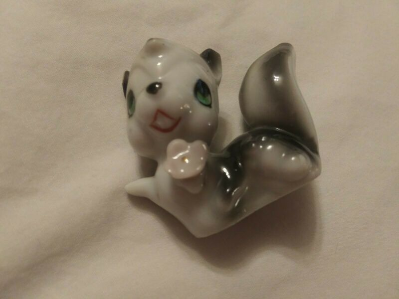 Vintage mini skunk pole cat figurine with flower 1 3/4 x 2 1/4 in. Japan