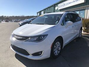 2017 Chrysler Pacifica Touring-L CLEAN CARFAX/ONE OWNER/HEATE...