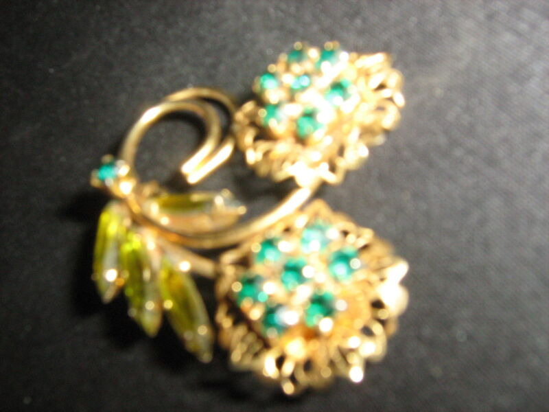 Pin Vintage goldtone flower pin with green rhinestones unbranded