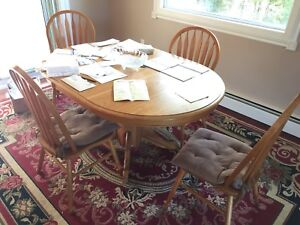 Dining room set. 6 pc solid wood. Great shape