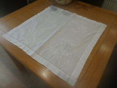 VINTAGE WHITE COTTON SQUARE CLOTH 23in 58cm PRETTY HAND EMBROIDERY FLOWERS BOWS