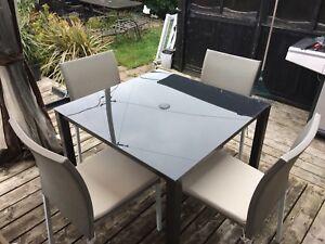 Ensemble table et chaises à diner