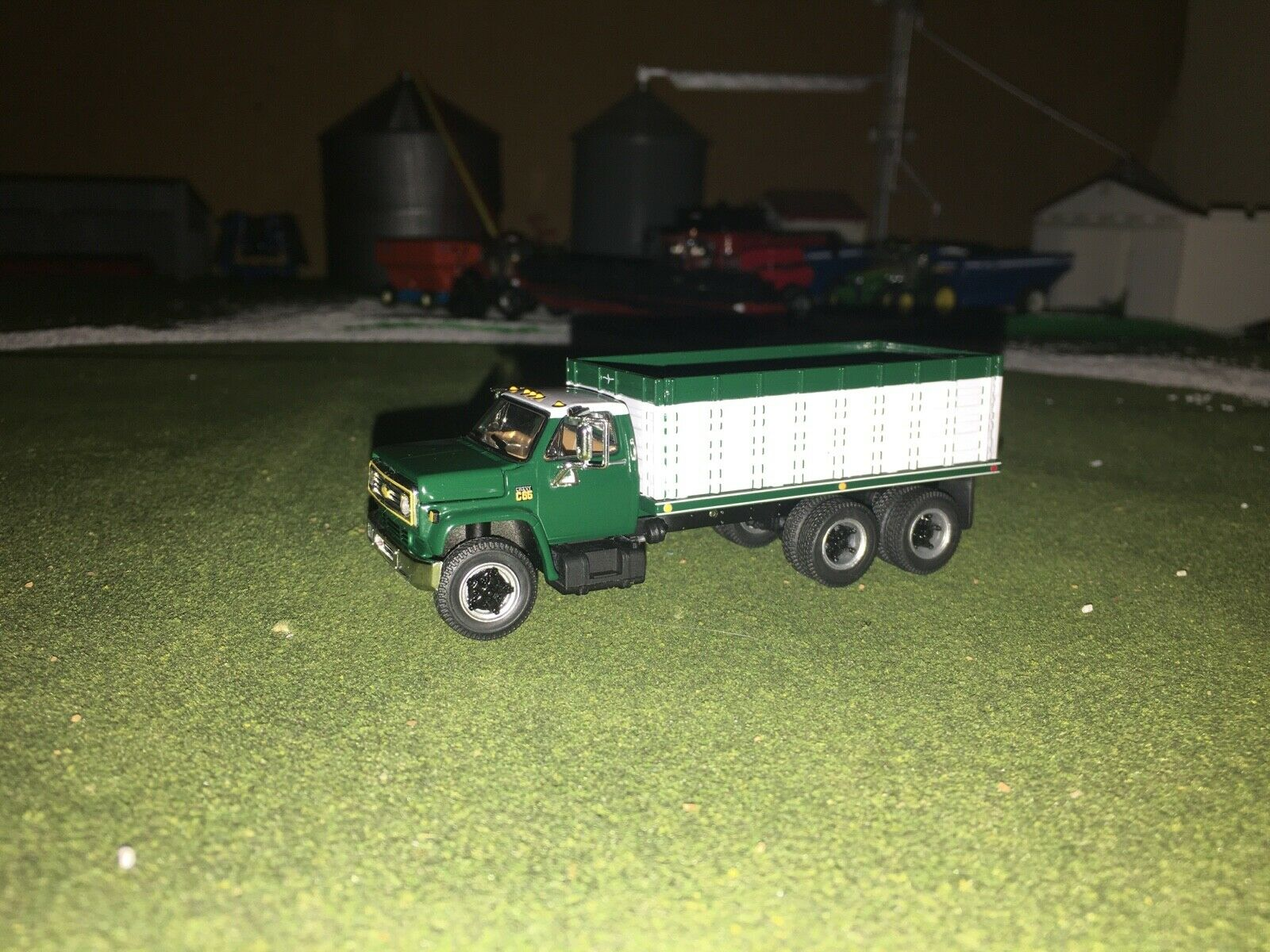 1/64 DCP BY FIRST GEAR GREEN/WHITE CHEVY C65 TANDEM AXLE GRAIN TRUCK