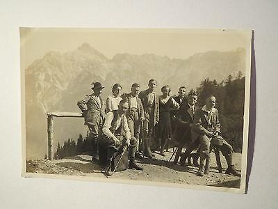 Gruppe Wanderer in den Bergen - Hut Wanderstock Brille  - Foto ()