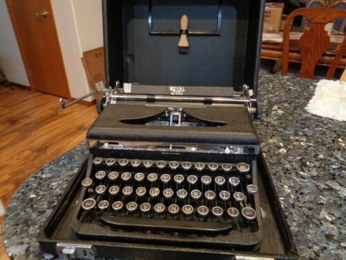 ANTIQUE A MODEL ROYAL DELUXE TYPEWRITER WITH CASE WORKS GLASS KEYS