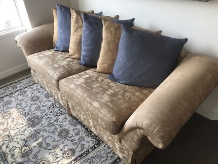 3 SEATER GOLD DAMASK FABRIC SOFA WITH CUSHIONS OF CHOICE.
