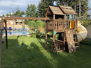 Playhouse swing set - good condition