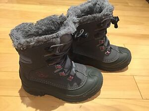 Like new kids Columbia winter boots size 1