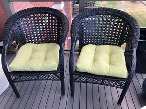 2 chaises noirs avec 2 coussins quasi neuf !!! Acheté 260$