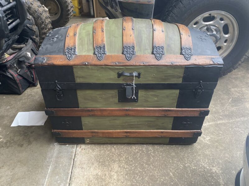 LARGE ANTIQUE VICTORIAN DOME TOP CAMELBACK WOOD & METAL CHEST STEAMER TRUNK