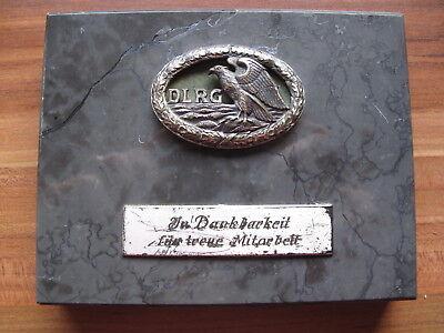 altes DLRG Abzeichen Tischdeko auf Marmorplatte Für Treue Mitarbeit