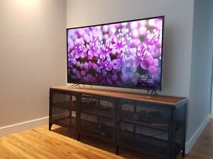 50 inches 4K Smart Tv in great condition with a TV table