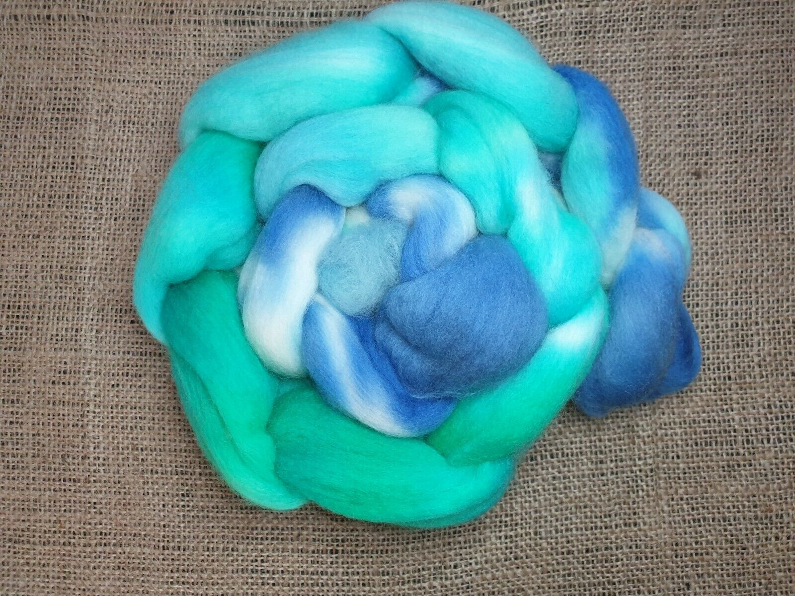 как выглядит Hand dyed Merino roving, wool top, 100 g, BETWEEN THE SKIES AND the HILLS фото