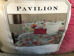 Like new queen bed set