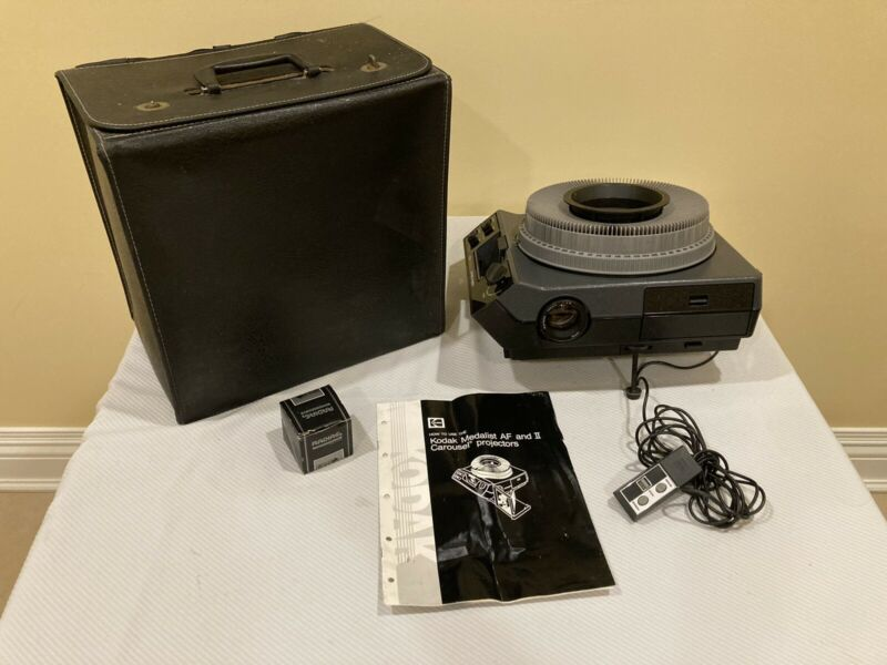 Kodak Medalist II Carousel Projector With Carrying Case Manual & Extras EXCELL.!