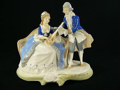 Elegantes Paar auf Sofa musizierend aus Porzellan / gemarkt