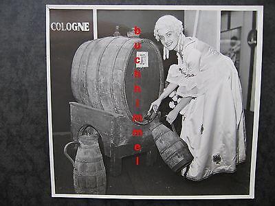 Foto des Kölner Fotografen Walter Dick Weinfass Cologne Köln Wein Kostüm