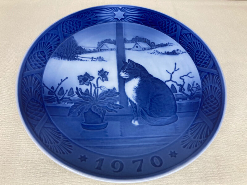 """ROYAL COPENHAGEN CHRISTMAS PLATE 1970 """"THE CHRISTMAS ROSE AND THE CAT"""""""