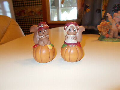 Ceramic Set of 2 Squirrel Figurines,Squirrels Dress Like Pilgrims with Pumpkins