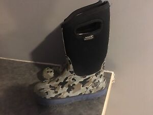 Boys size 5 bogs in excellent condition