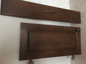 Portes d'armoires avec pentures et façades de tiroirs