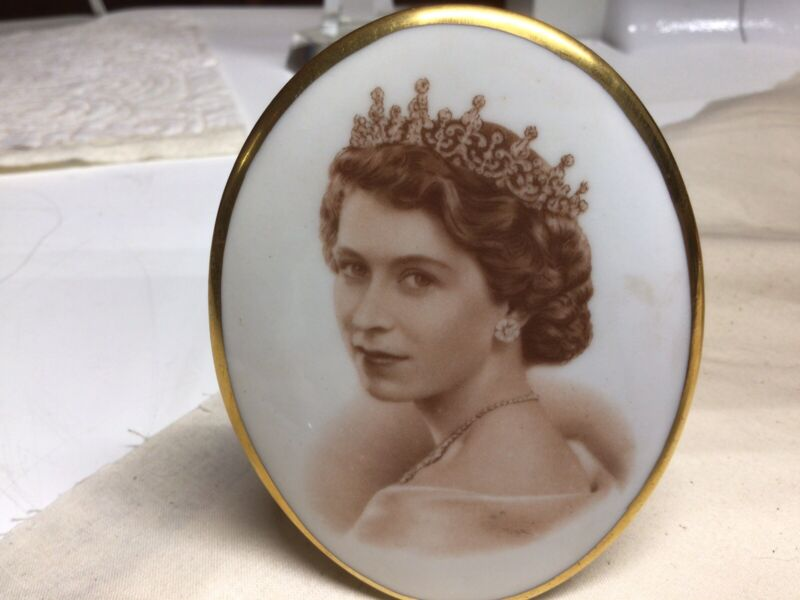Queen elizabeth II Coronation Portrait In Bone China 1953 Display Piece