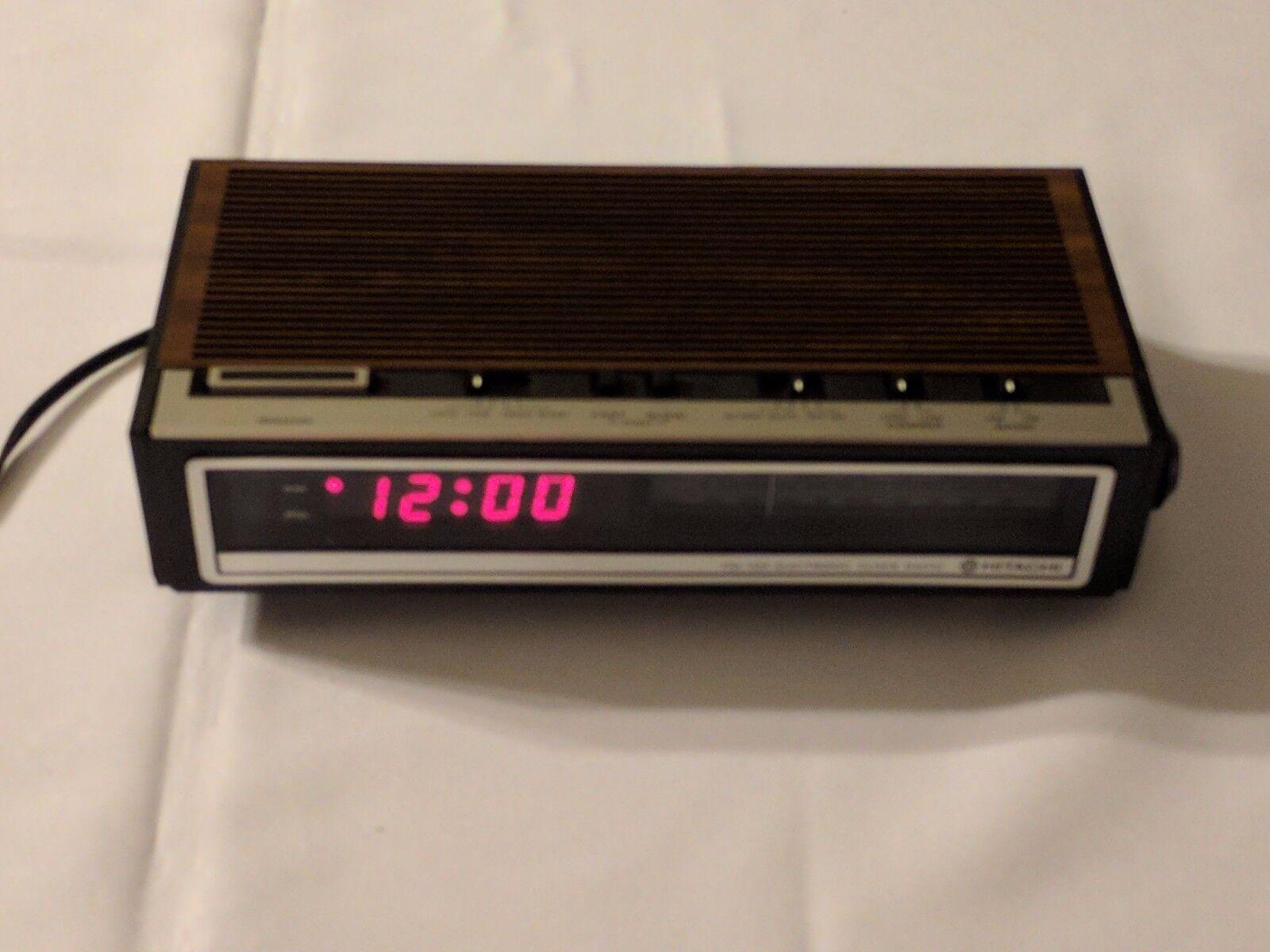 VINTAGE Hitachi Electronic Clock Radio Model KC-651H FM/AM