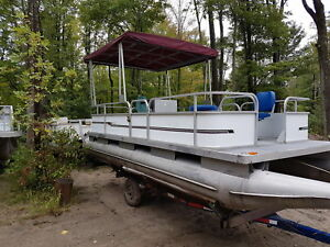 Pontoon boat Lowe 20 foot with new top & seats 25hp Mercury
